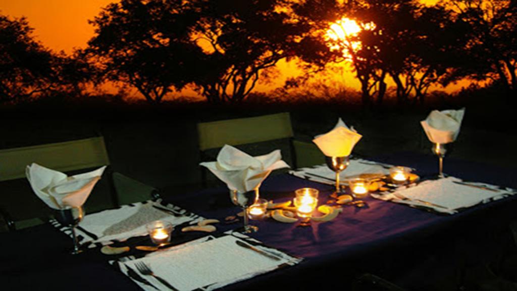 Classic-Botswana-Mobile-Safari---bush-dinner